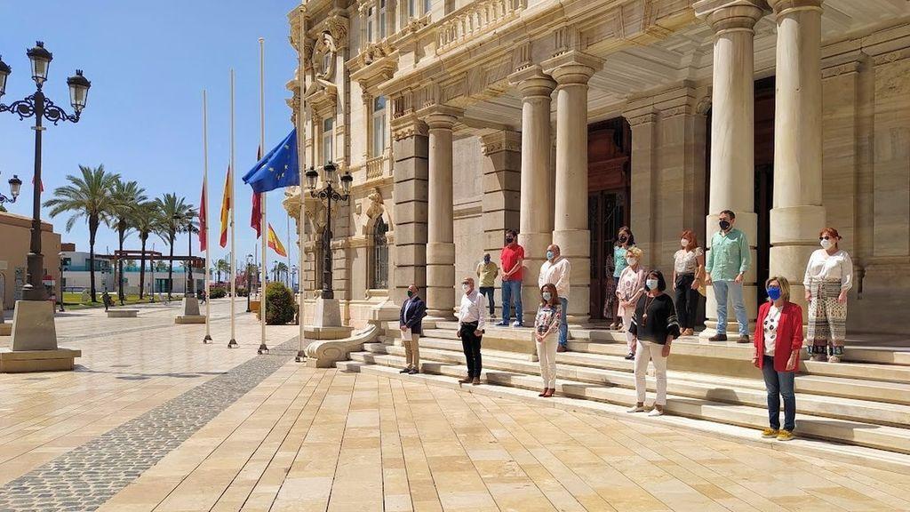 Silencio por las víctimas a las puertas del palacio consistorial de Cartagena