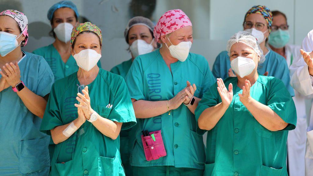 EuropaPress_3168779_sanitario_hospital_virgen_victoria_guardan_minuto_silencio_primer_dia_luto