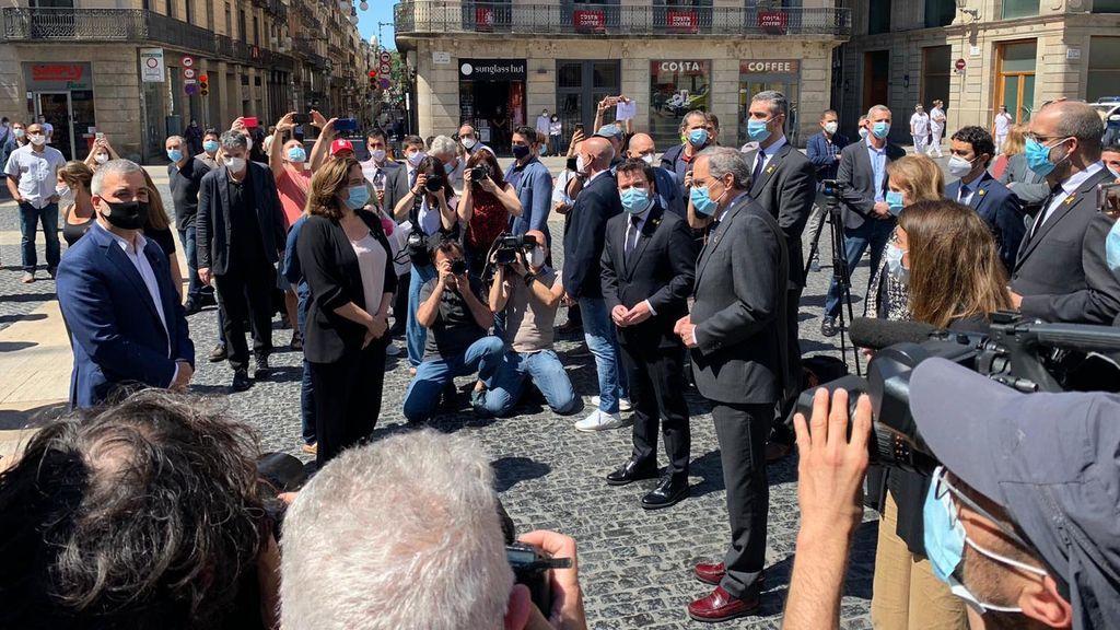 Saludo entre Ada Colau y Quim Torra en la plaza de Sant Jaume de Barcelona