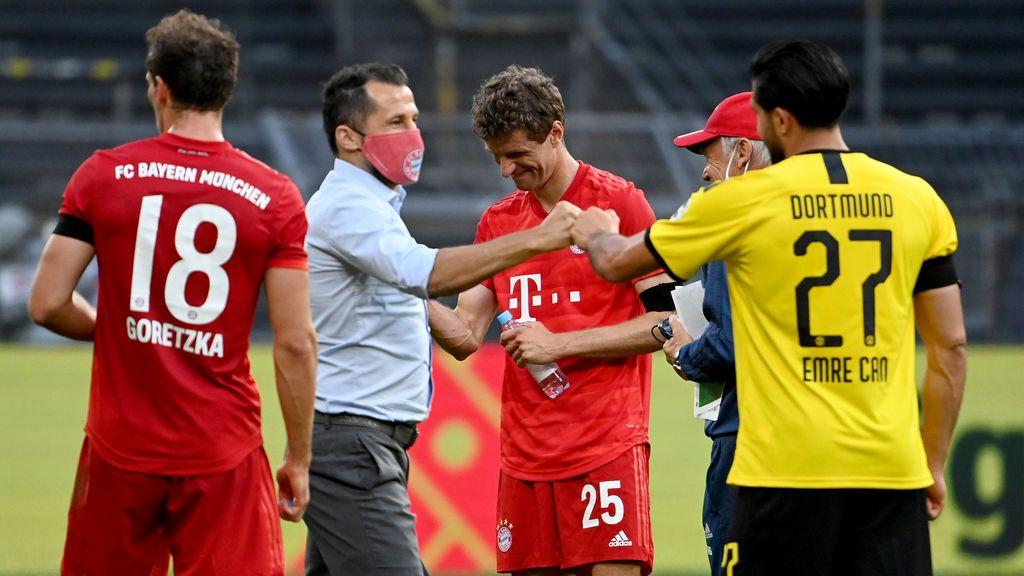 Los jugadores de Bayern y Dortmund se saludan tras el encuentro.