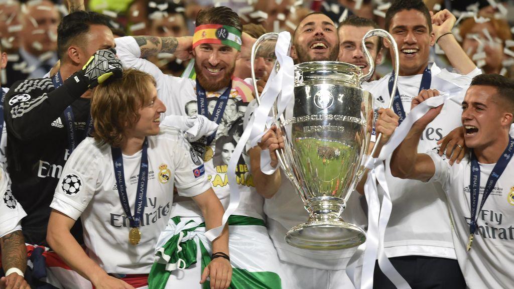 Modric, Lucas Vázquez y el resto de jugadores del Madrid celebran la Champions de 2016.