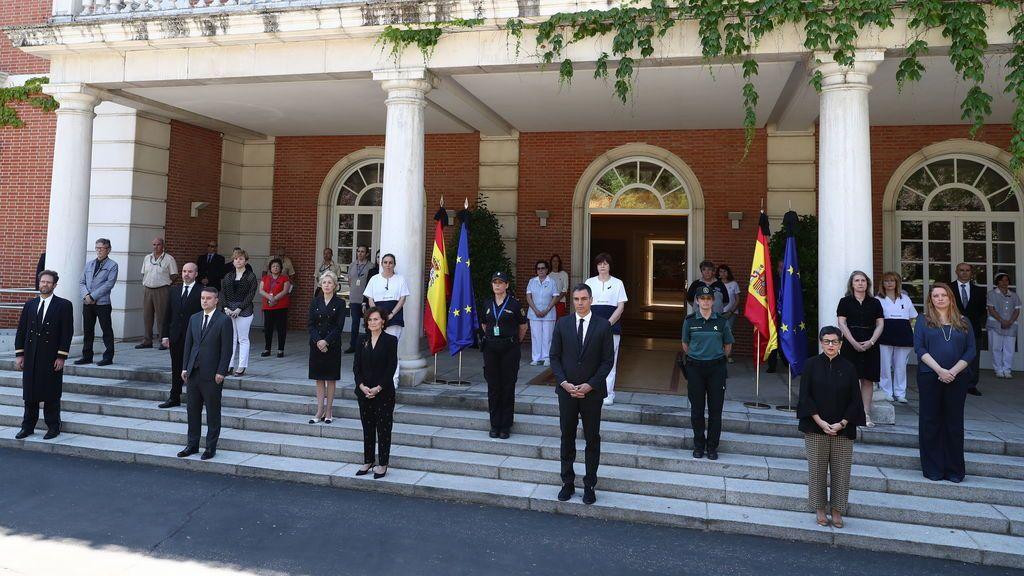 Pedro Sánchez, rodeado del equipo de Presidencia del Gobierno, en La Moncloa