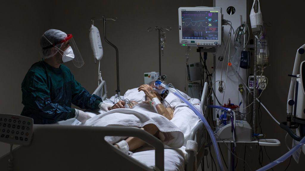 El mayor registro de pacientes COVID de España concluye: el enfermo es un hombre de 69 años con hipertensión