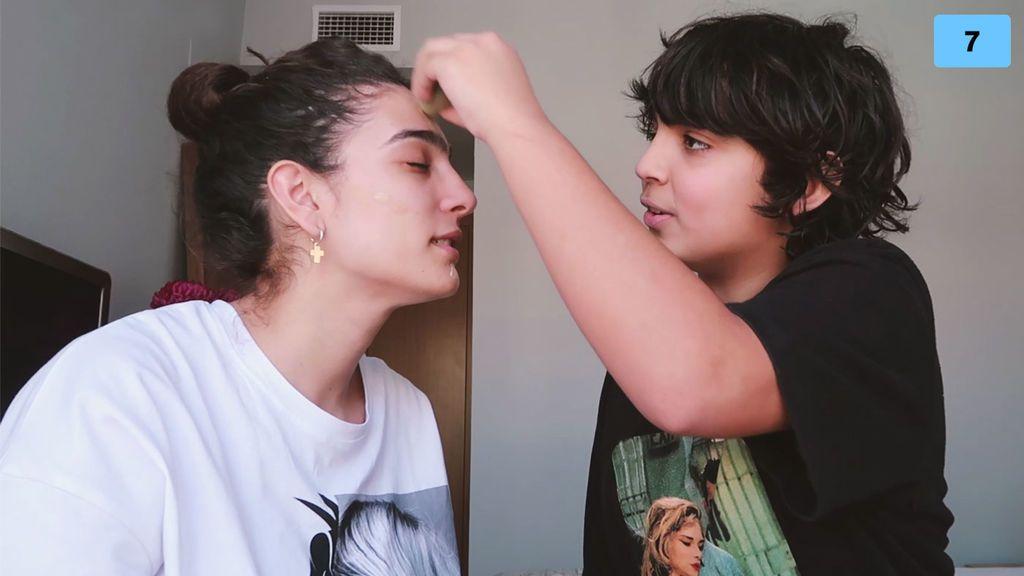 Alma Bollo se deja maquillar por su hermano Samuel (1/2)