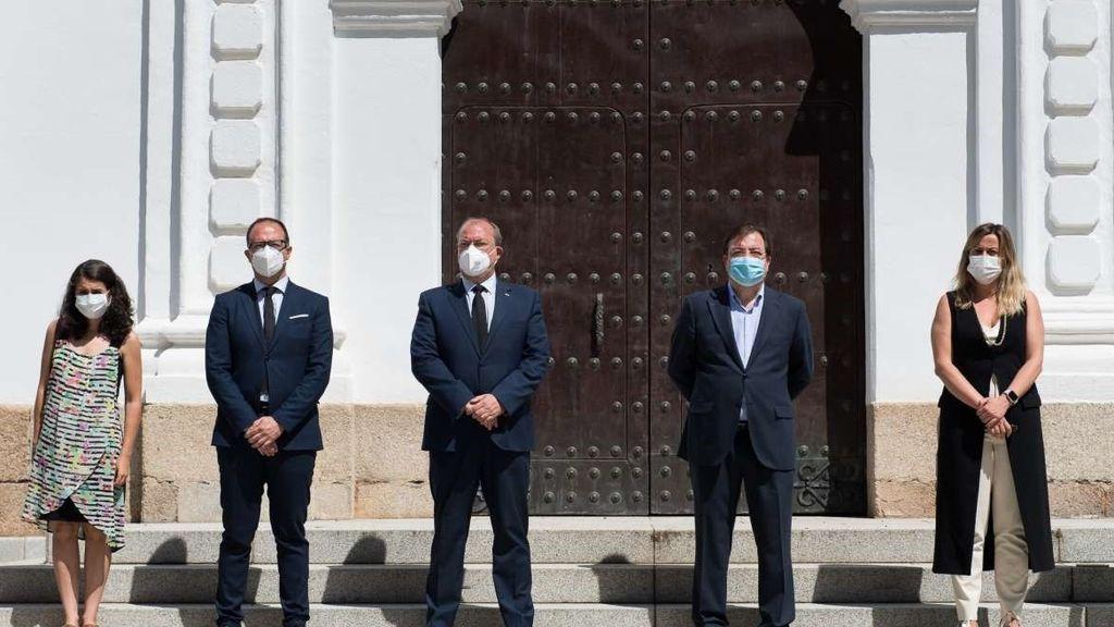 La Asamblea de Extremadura, guardando un minuto de silencio