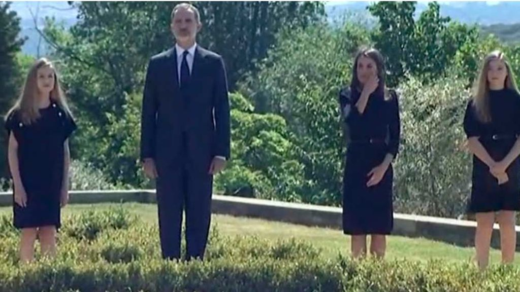 El minuto de silencio de los reyes Felipe y Letizia junto a sus hijas por las víctimas del coronavirus