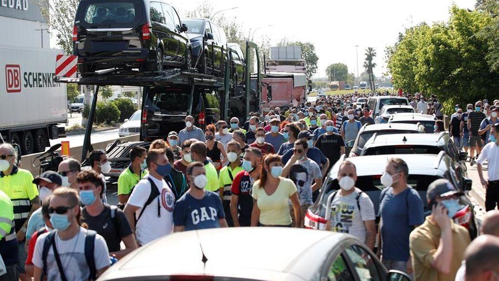 Decenas de trabajadores de la fábrica de Nissan protestan por el cierre