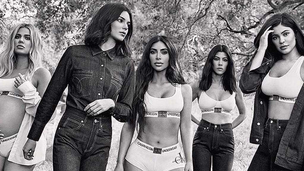 """Kim Kardashian publica un posado antiguo con sus hermanas y sus seguidores reaccionan: """"No reconozco a nadie"""""""