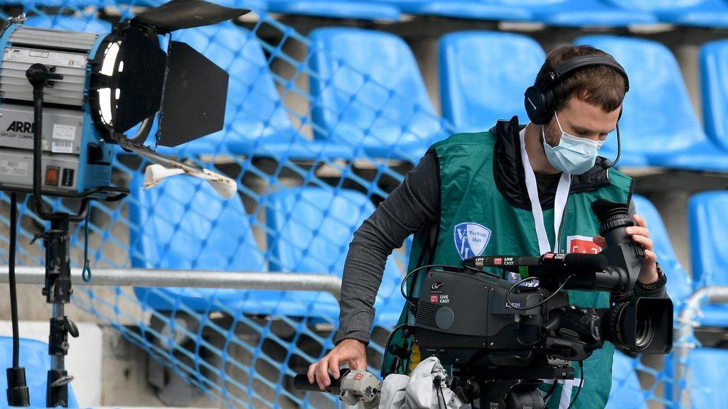 Un operador de cámara en un encuentro de la Bundesliga.