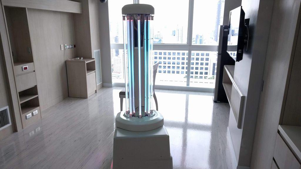 Un robot con luz ultravioleta, desinfección eficiente para transporte público y hospitales