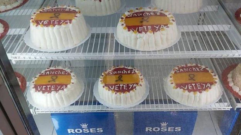 Retiran unas tartas que pedían la dimisión de Sánchez en una pastelería de Murcia
