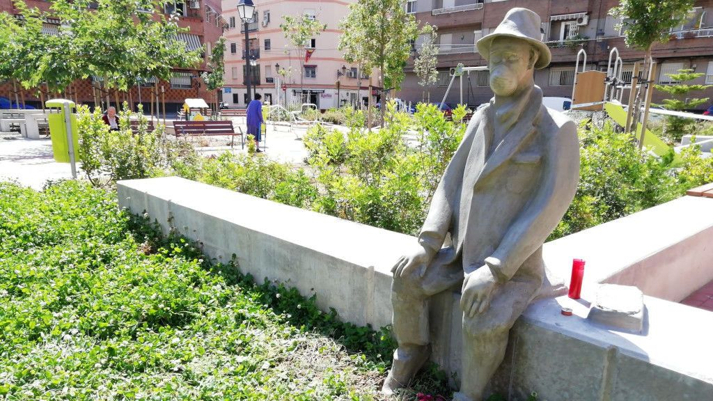 Un artista anónimo coloca una escultura en memoria de los fallecidos en un parque de Valencia