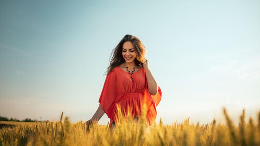 mujer-disfrutando-paseo-campo