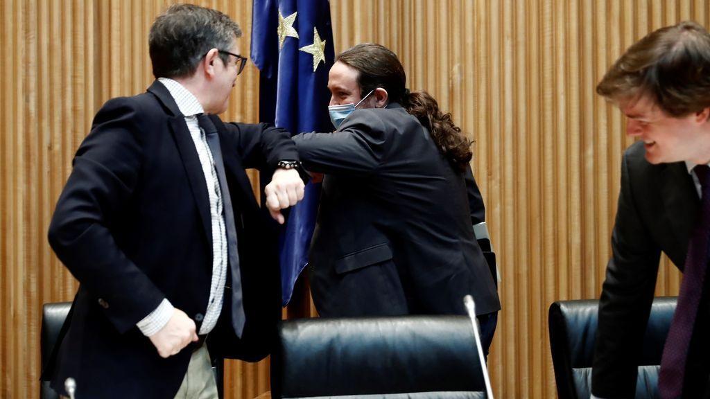 Pablo Iglesias y Patxi López se saludan con el codo en la Comisión para la Reconstrucción