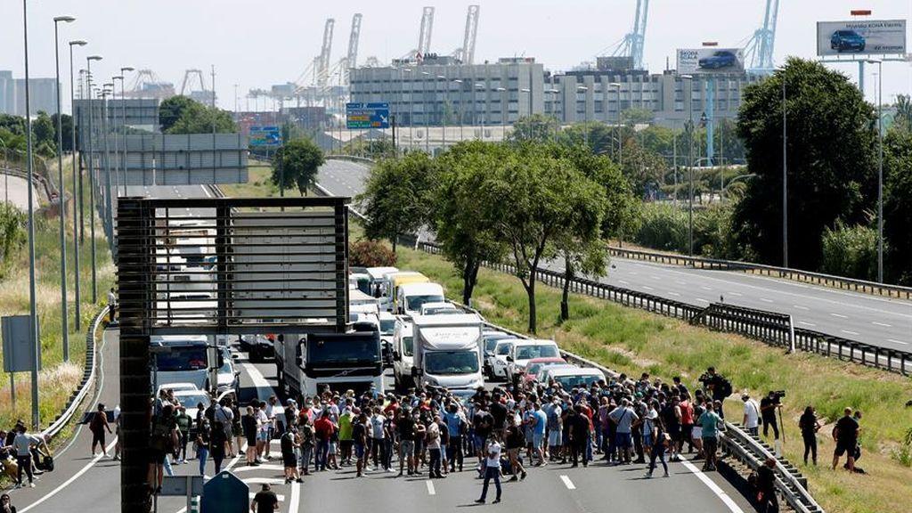 Los trabajadores de Nissan se concentran en Zona Franca y cortan la Ronda del Litoral