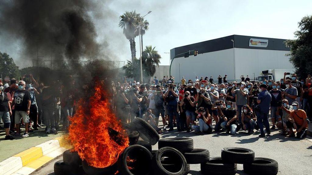 Decenas de trabajadores de la fábrica de Nissan en la Zona Franca de Barcelona se han concentrado ante la planta y han quemado neumáticos