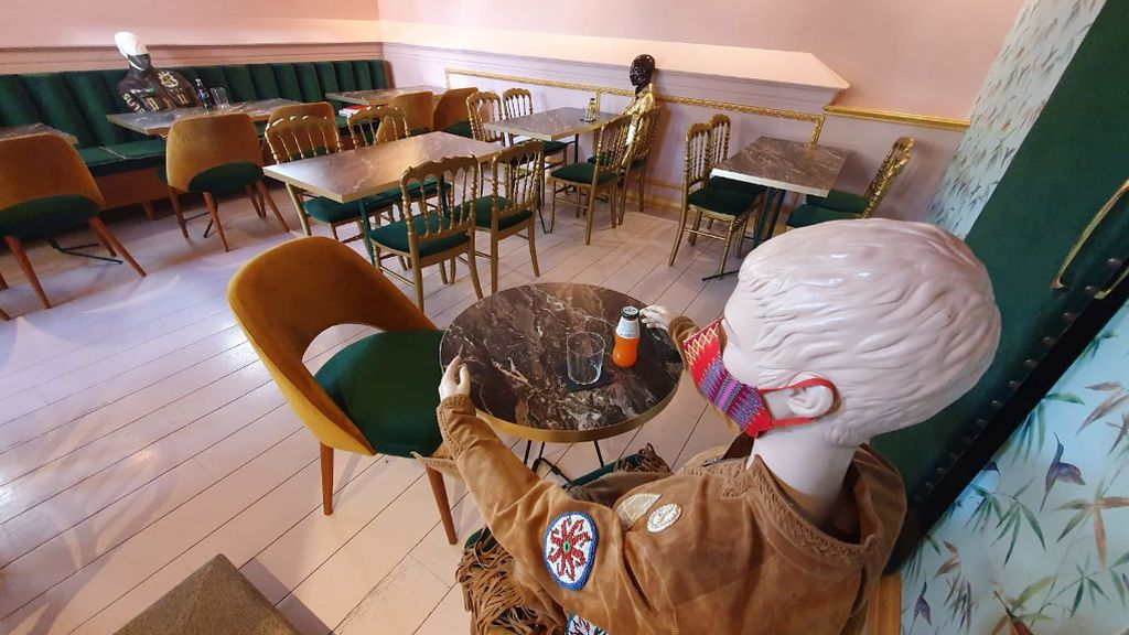 Mesas con maniquíes en el interior de La Fundación