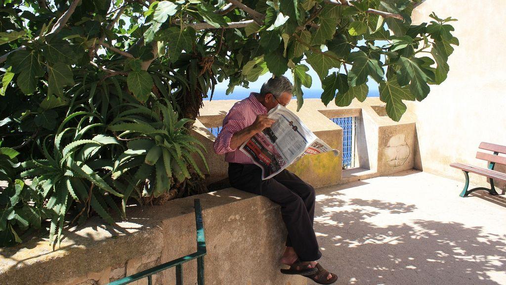 Más allá de una costumbre: por qué nos fascina leer las esquelas de los periódicos