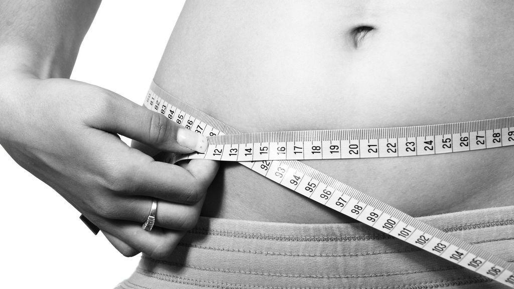 Comes poco y... ¡engordas!: hacerlo a deshoras y dormir poco, entre las razones