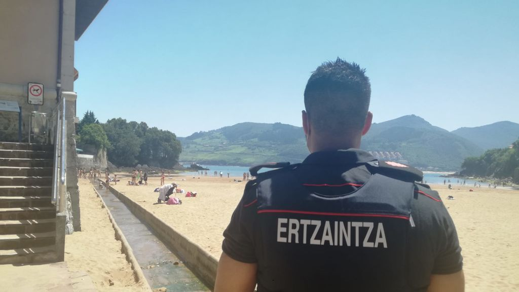 Un agente de la Ertzaintza vigila la playa de Mundaka.