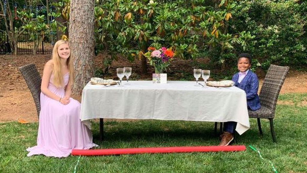 Monta en su casa una fiesta de graduación a su niñera: se había cancelado por el coronavirus