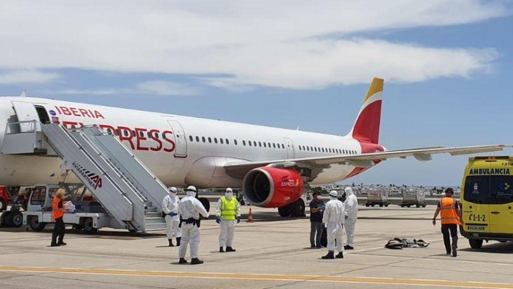 Dispositivo en el aeropuerto de Lanzarote para recibir a un pasajero que viajó desde Madrid con COVID-19