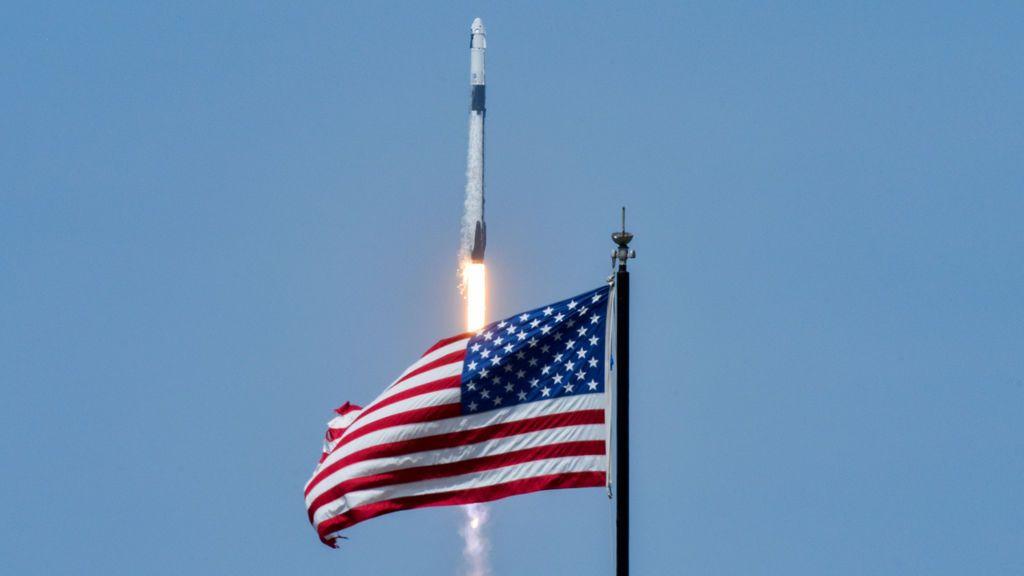 Despega con éxito la primera misión tripulada de Space X