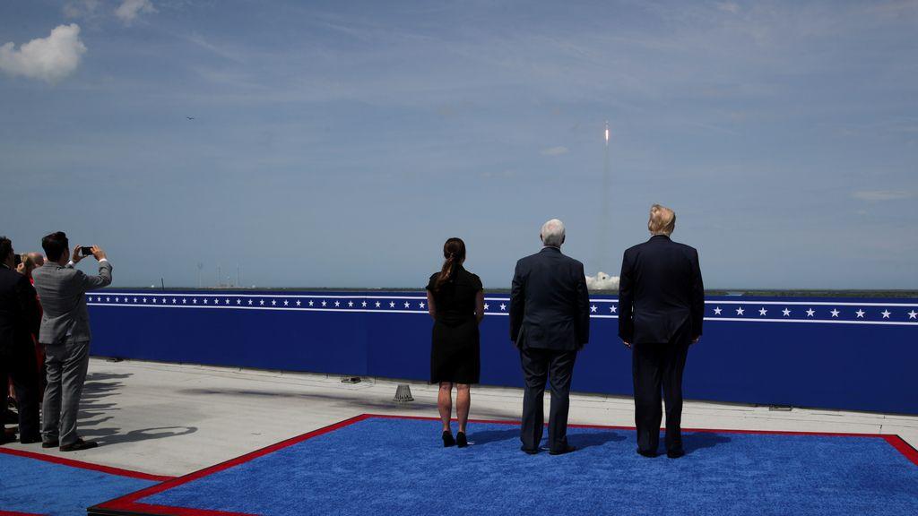 El presidente de EEUU, Donald Trump, y el vicepresidente, Vince Pence, observan el lanzamiento de la Crew Dragon