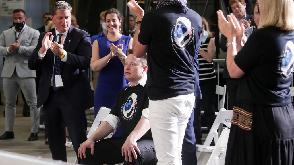 Varias personas celebran con éxito el lanzamiento de la Crew Dragon hacia la Estación Espacial Internacional