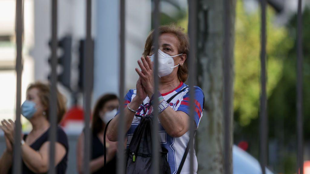 Transeúntes aplauden en la puerta del Hospital Fundación Jiménez Díaz