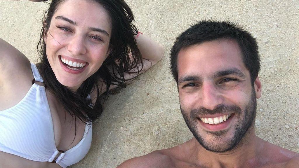 """La romántica felicitación de Özge Gürel a Serkan Cayoglu: """"Soy como el mar que ha encontrado su playa a tu lado"""""""