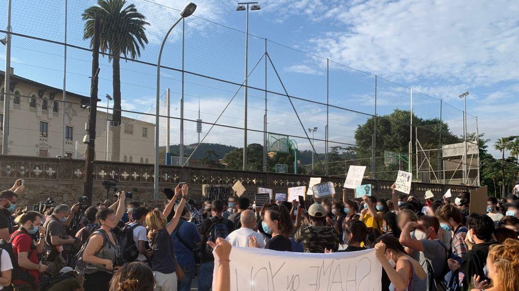 300 personas protestan frente al consulado de EE.UU. en Barcelona por la muerte de George Floyd