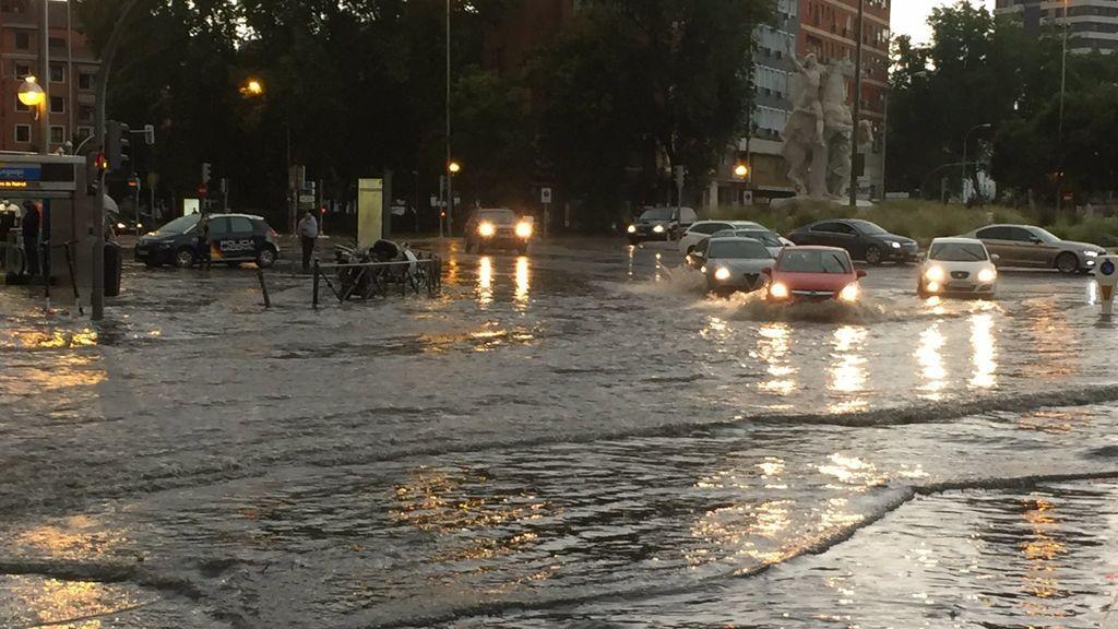 Metro inundado, árboles caídos y cornisas dañadas: los estragos de las tormentas torrenciales del domingo