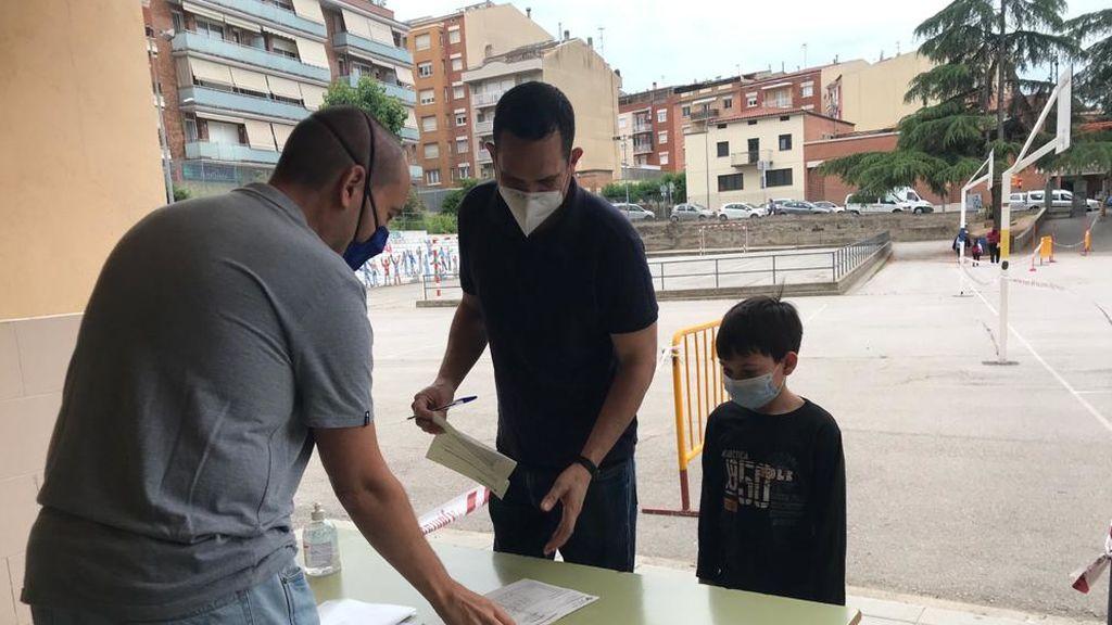 El padre de Misael presentando todos los documentos para entrar el colegio con seguridad