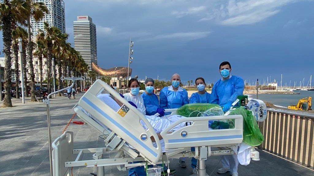 Un paciente  de coronavirus vuelve a ver el mar tras 45 días en la UCI