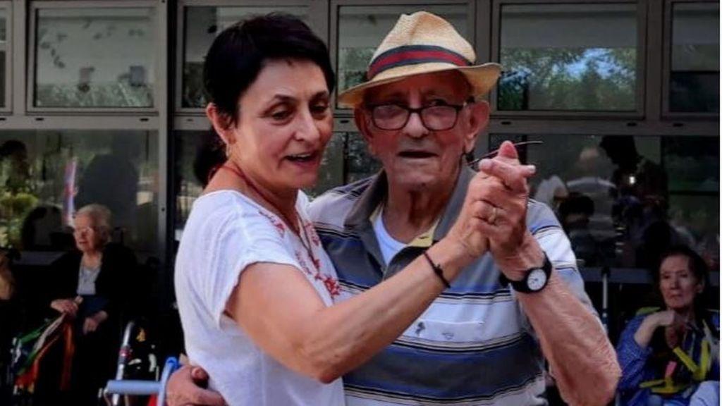 Alfonso bailando con su hija