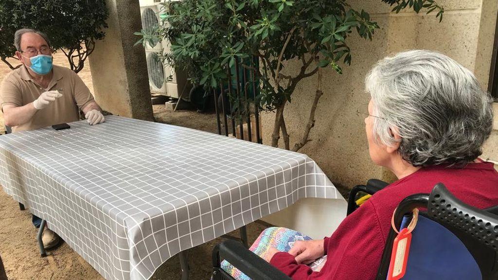 La vuelta a las residencias para ver lo que más se quiere:  Diego visita a su mujer tras 3 meses sin verla y 52 años casados