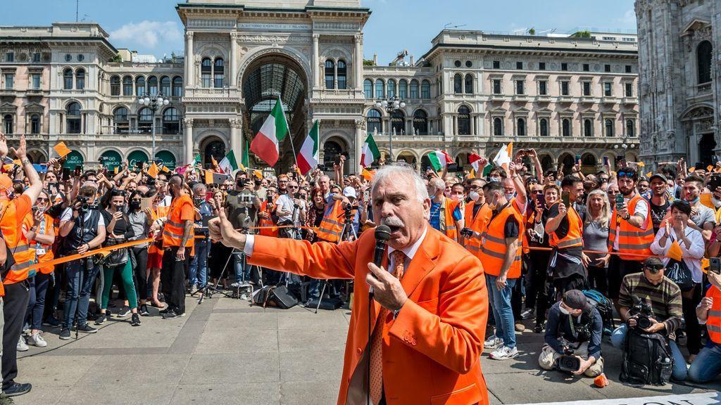 Un exgeneral de los carabinieri  dirige los 'chalecos naranjas', un movimiento que niega el virus