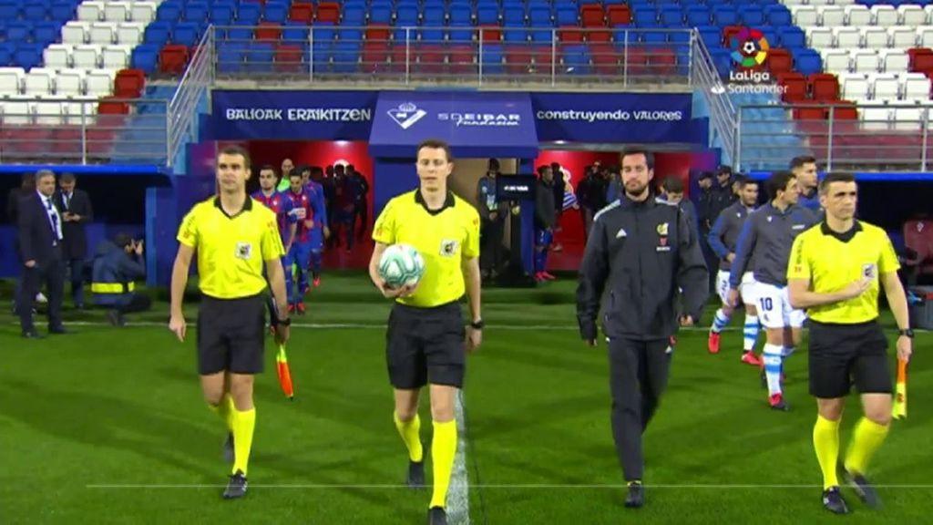 Los jugadores de Eibar y Real Sociedad, sin público en la grada.