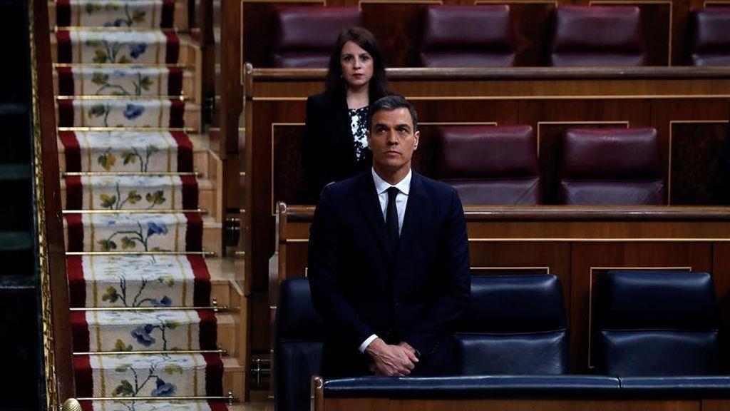 El presiente del Gobierno, Pedro Sánchez, durante el minuto de silencio en el Congreso