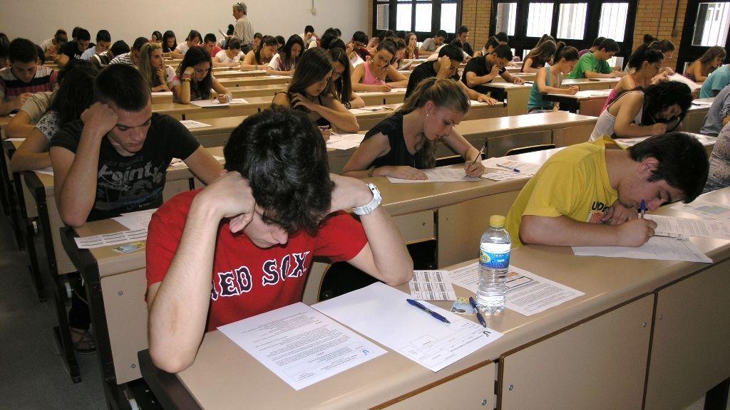 La vuelta a las clases, un riesgo para la EVAU : el contagio o cuarentena podrían poner en peligros los exámenes