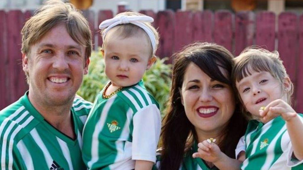 Juanma Linares, junto a su mujer y sus hijas.