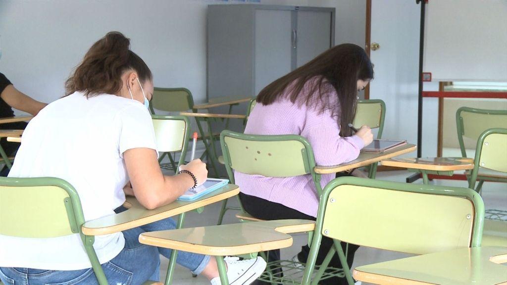 Alumnas que han vuelto a las clases presenciales guardando distancia de seguridad