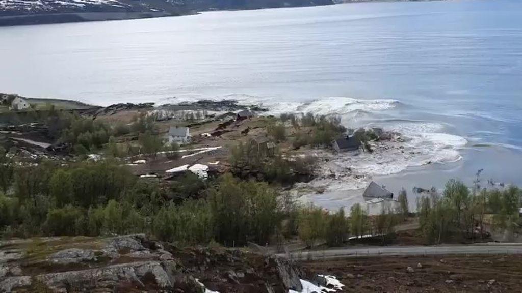Ocho casas, a la deriva: un deslizamiento de tierra arranca un trozo de costa en Noruega