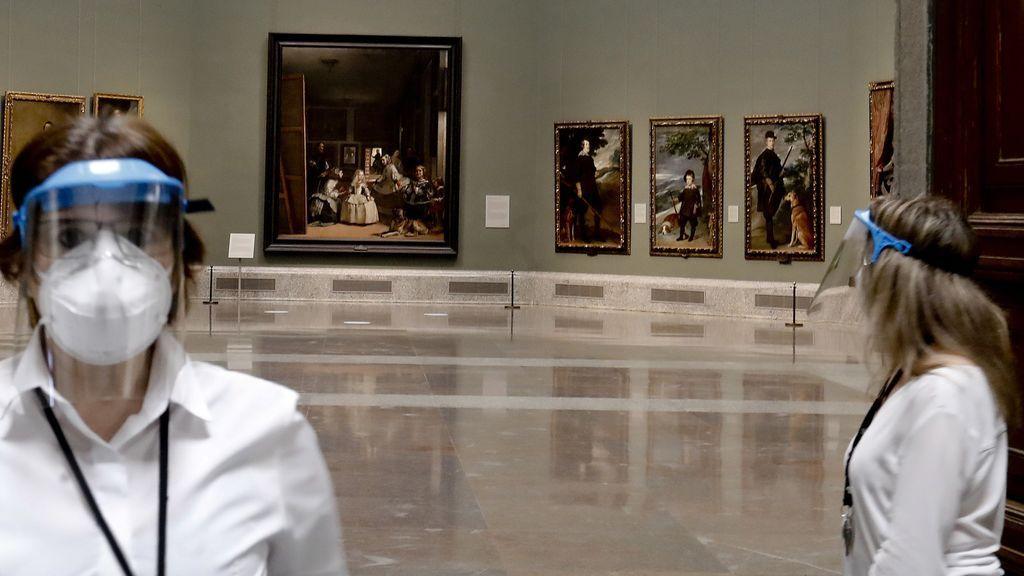 """Dos empleadas del Museo del Prado con máscarillas y pantallas protectoras durante la presentación de """"Reencuentro"""