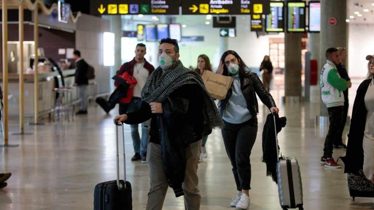 Las normas para volver a volar:  limitaciones al equipaje de mano y al uso del baño en los aviones
