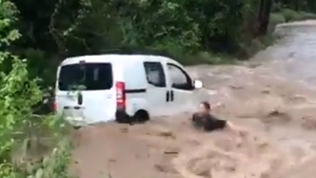 El agua arrastra una furgoneta y tres ocupantes en Barcelona