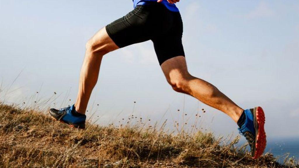Un atleta subiendo una montaña