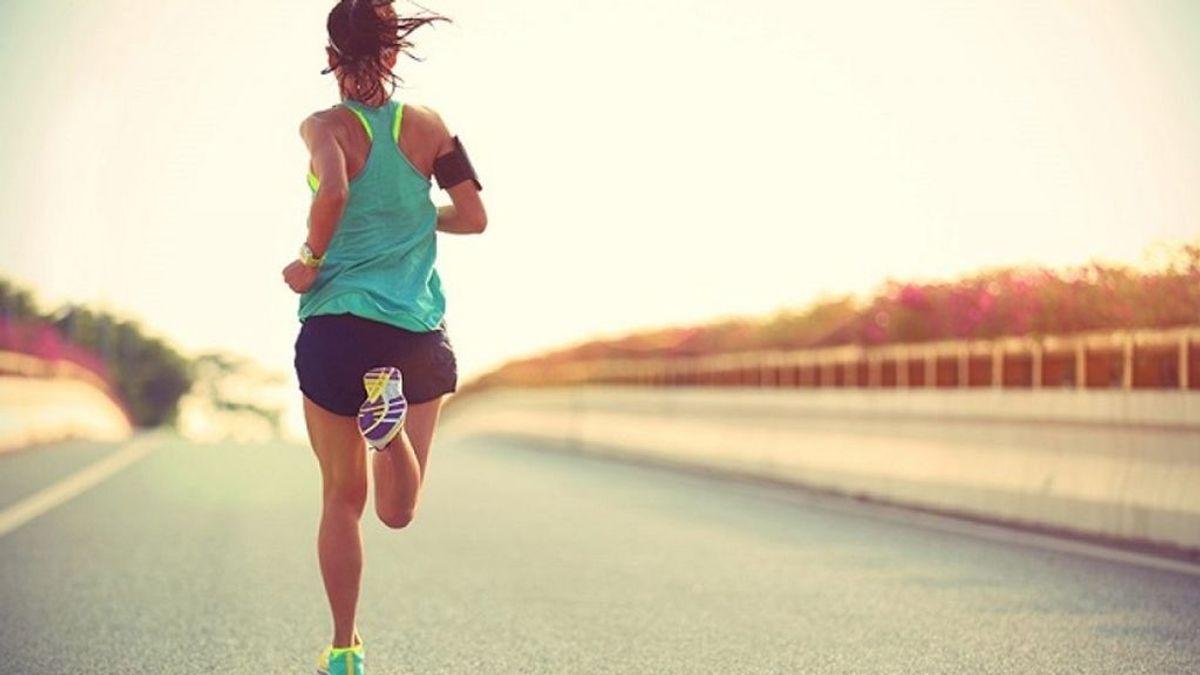 Atleta corriendo en asfalto