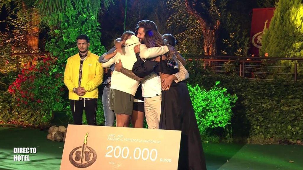 Jorge se funde en un abrazo con sus compañeros